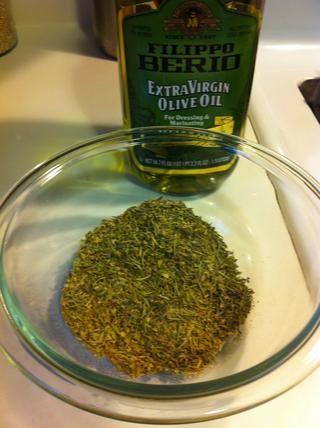 Mezcla tu frotar hierbas. La mía es una mezcla de tomillo, romero, orégano, ajo en polvo, sal y cebolla en polvo. Experimento para su gusto (o comprar una mezcla en la tienda). Observe el aceite de oliva? Bien...