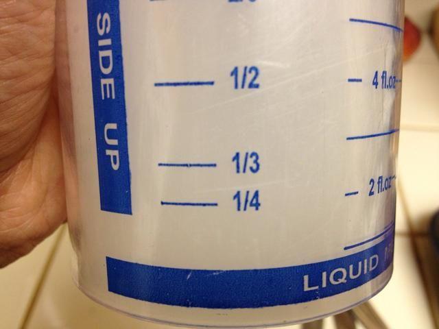 Encuentra tu medida taza de líquido. Note 1/4 y 1/3 taza de líneas.