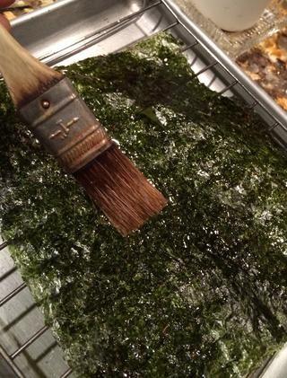 Lleve a su cepillo de los pasteles y poner una capa fina de aceite de oliva en él ... Lo suficiente para apenas mojó para que la sal se adhieren a ella.