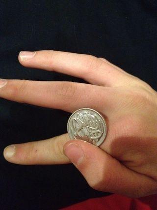 Utilice el pulgar para voltear la moneda en la parte superior de su dedo índice
