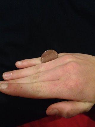Atrapa la moneda al final entre el anillo y el dedo meñique