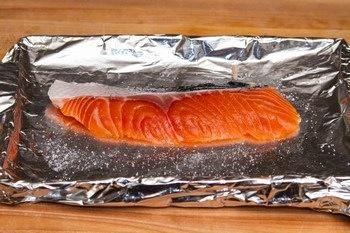 # 1. Precaliente el horno tostador a 400F grados y forrar la bandeja para hornear con papel de aluminio. Enjuagar rápidamente el salmón y seque. Espolvoree sal en ambos lados del salmón y hornear a 400F durante 15-20 min