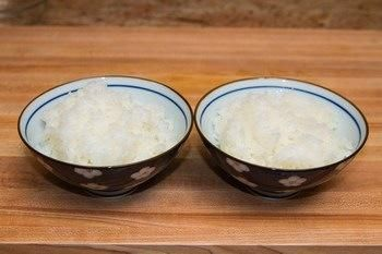 Si está utilizando el arroz sobrante o arroz congelado, calentar en microondas. El arroz no debe ser frío.