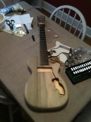 El uso de lija de grano 220 I lijado y no hubo ya la pintura a la izquierda en la guitarra. Don't sand the fret board of course.