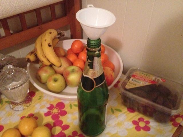 Yo reutilicé una botella de jugo de uva espumoso con un tornillo en la tapa. Coloque el embudo en la boca de la botella para que verter más fácil y menos sucio.