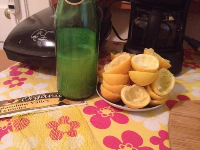 12 limones producidos esto mucho jugo. Manténgase refrigerado. yo've kept juice for more than 2 weeks without spoiling. Keep those lemons peels and bag! Snap guides will follow showing you how to reuse them.