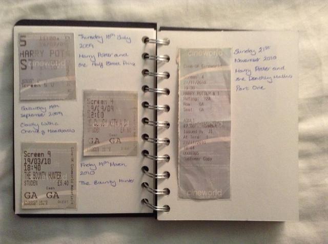 Al principio eran tarjeta crema, luego azul y luego se fueron a papel. (No es tan bonito en mi opinión!) Ahora're pink paper tickets. I enjoy looking at the changes over time.