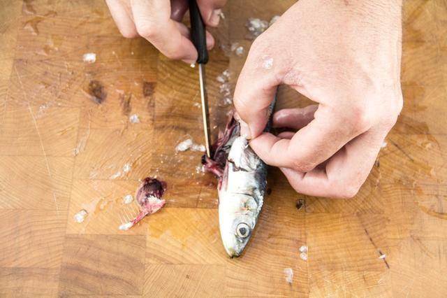 Utilice la punta del cuchillo para remover las entrañas.