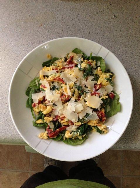 Fotografía - ¿Cómo hacer huevos revueltos W / espinacas y tomates secos