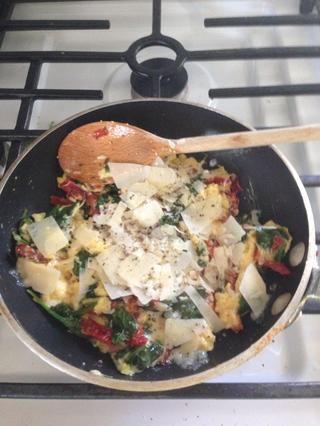 Añadir el queso permiten fundir y mezclar. Grieta negro pimienta al gusto.