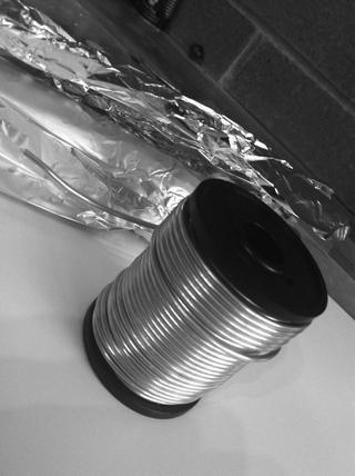 También algunos papel de aluminio y alambre de la armadura.