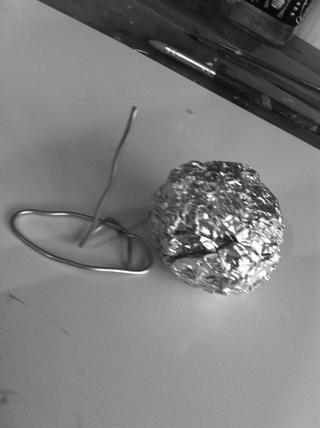 Hacer el hombro y el cuello de la armadura y rodar una bola de papel de aluminio para la cabeza Jacks.