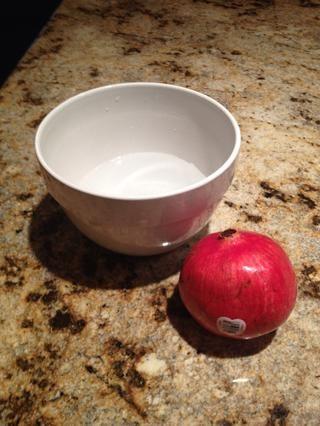 Llene un tazón de tamaño mediano con un poco de agua fría