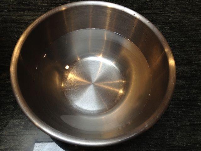 Llene un recipiente grande 2/3 con agua fría.