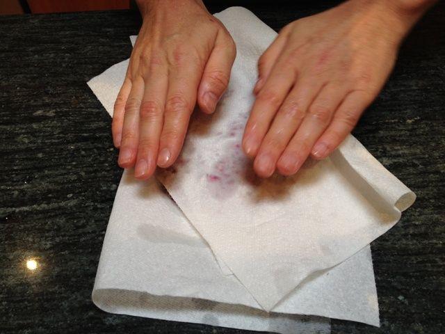 Seque el arilo en algunas toallas de papel. Asegúrese de eliminar la mayor cantidad de humedad posible. Esto es especialmente importante si usted va a guardar en la nevera para más tarde y don't want them to get moldy.
