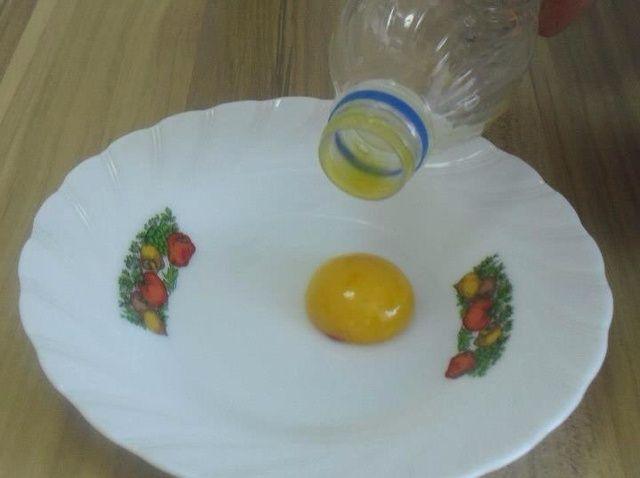 Cómo separar la yema de huevo clara de huevo con una receta de la botella