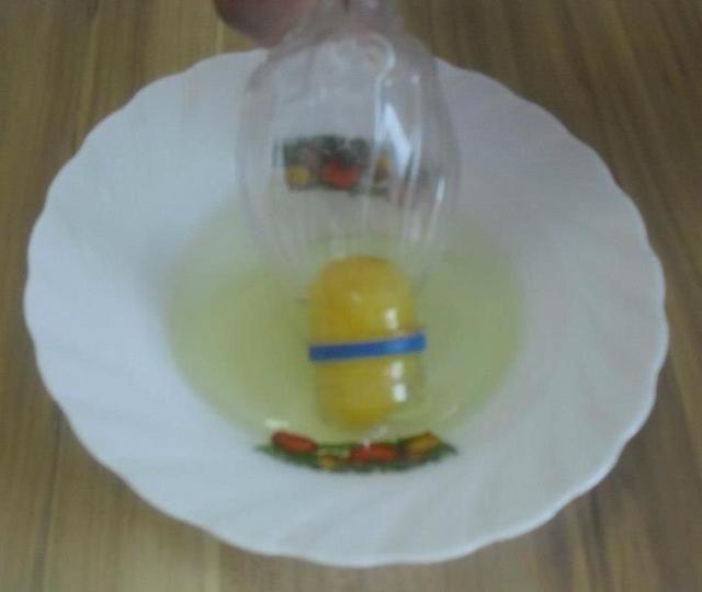 Tenga en cuenta que las yemas de huevo comenzaron a entrar en la botella