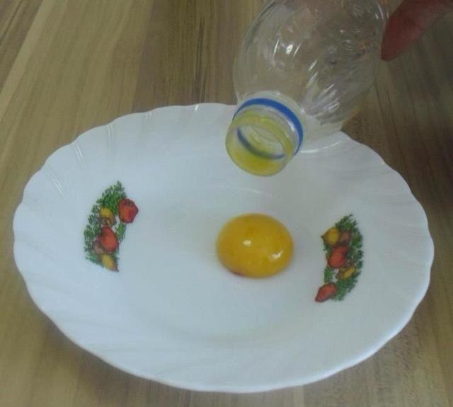Poner las yemas de huevo en otro plato vacío