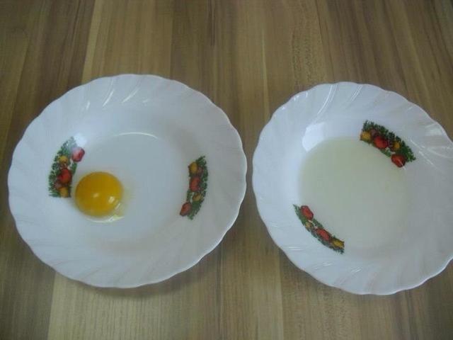 Las yemas de huevo y las claras de huevo en placas separadas