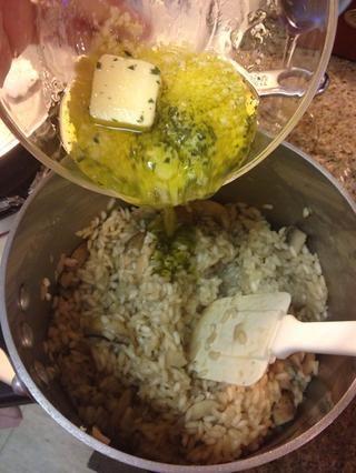 Retire risotto de revuelo calor en la mezcla de mantequilla y seguir revolviendo hasta que quede cremoso.