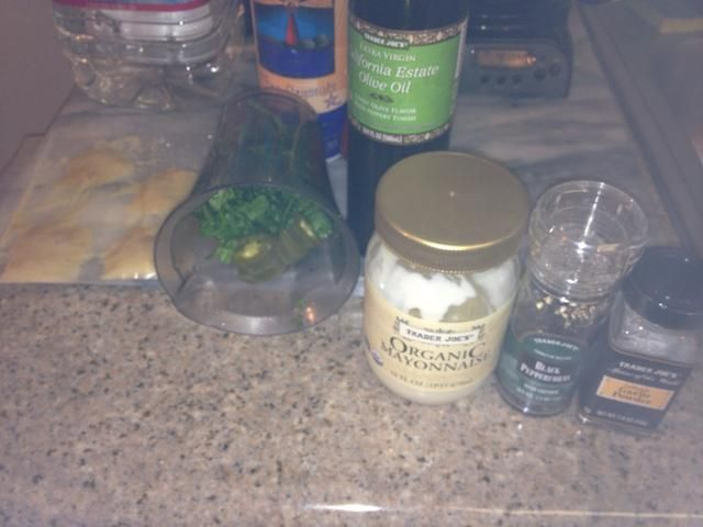 Cilantro Ajo Aoli: proviene de un solo manojo de cilantro, 1/4 taza de mayonesa, 12 anillos jalepenos en vinagre, 1 cucharadita de jengibre, sal ¼ cucharadita, 1/4 cucharadita de pimienta, 1 cucharadita de AOVE, 1 cucharada de ajo asado.