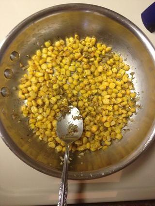 Añadir 3/4 taza de maíz dulce (yo usé congelado) 1 cucharadita de tomillo seco, 1/4 cucharadita de sal, y 1/8 cucharadita de pimienta negro. Cocine por 5 minutos revolviendo ocasionalmente.