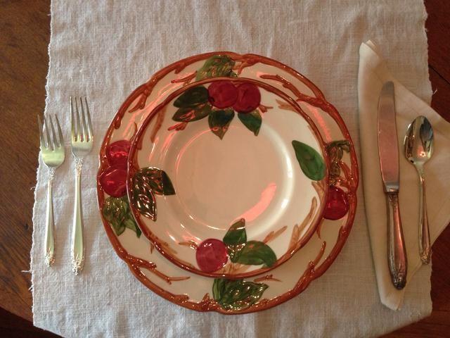 El plato de ensalada va en la parte superior de la placa de cena. Estamos sirviendo ensalada antes del plato principal en el