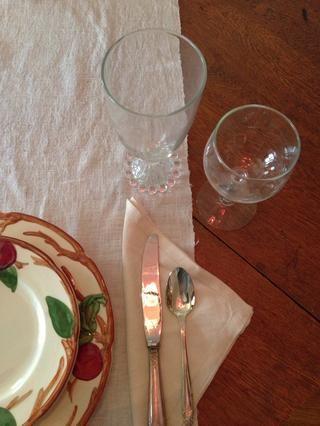 La copa de vino va a la derecha del cristal del agua.