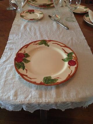 Coloca el plato de comida en la tela. Placas de cena por lo menos 10