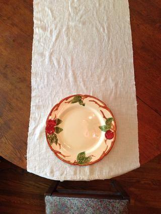 El plato debe ser de 2 a 3 pulgadas desde el borde de la mesa, delante de cada silla.