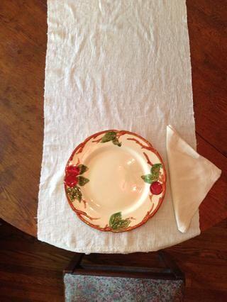 Coloca la servilleta a la derecha de la placa. Hay muchas maneras de doblar una servilleta de aquí en Snapguide. Elegí un sencillo doble triángulo.