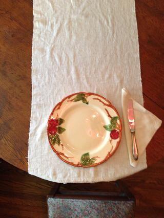 Luego, coloque el cuchillo (con la hoja hacia la placa) en el borde derecho de la placa. Si va a colocar la servilleta en otros lugares, los cubiertos iría directamente sobre la tela.