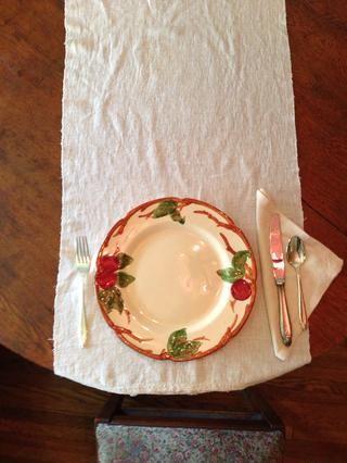 Ahora coloque el tenedor plato principal a la izquierda de la placa de cena.