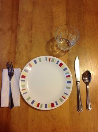 Ponga la taza encima del cuchillo. Su configuración de lugar se hace.