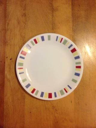 Coloque el plato en la mesa.
