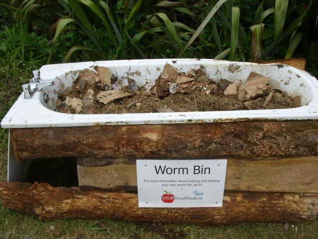 Aquí hemos utilizado una vieja bañera de hierro fundido, llena de ropa de cama y gusanos. El desagüe proporciona un drenaje ya preparado para el té gusano. Asegúrese de hacer una tapa de cierre hermético o roedores pueden ser un problema!