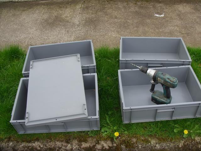 Ok, comenzar con una serie de cajas apilables. Compramos 4 de estos los de un proveedor local. Se adaptan muy bien juntos y también vino con aa tapa que cierre bien. A continuación,'ll need to drill some holes!
