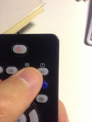 Así que en mi televisor se presiona el botón: AV, y si lo tuyo no es como éste, yo apuesto a que todavía sabe cómo hacerlo.