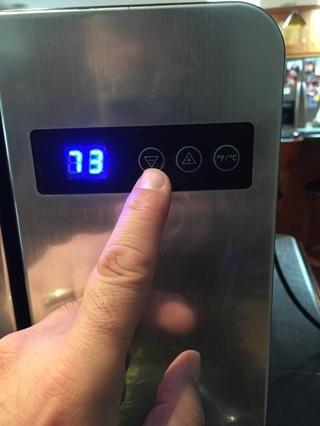 La pantalla digital muestra la temperatura actual. Presione el botón arriba / abajo para ajustar la temperatura. Ajuste la temperatura de 34F (1C). Cuanto más baja sea la temperatura, menos espuma.