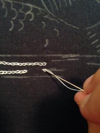 Continúe por repitiendo los pasos. Una vez más se le vuelva a insertar la aguja a través del punto de su última puntada de inserción.