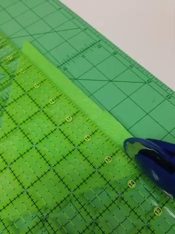 Cortar los agujeros de costura en los bordes rectos del árbol