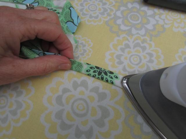 Ahora, doble la tela por la mitad en el centro, y presione plana la longitud de toda la pieza de adorno.