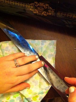 Abre veces y utilizando la regla y un lápiz, dibujar sobre el pliegue. Que va a utilizar esto como una guía para la costura.