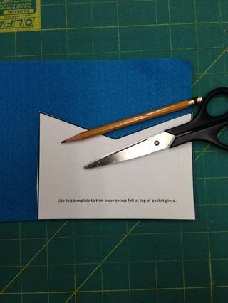 Trazar y cortar el patrón de bolsillo de uno de sus trozos de fieltro.