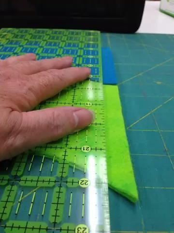 Cortar los agujeros en los bordes rectos del cuerpo.