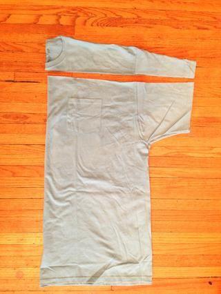 En la más grande la camiseta de corte recto en todo bajo la nervadura cuello.