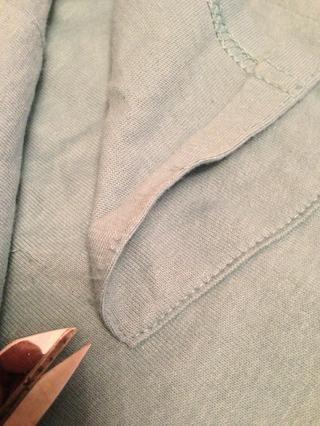Si su mayor camiseta tiene un bolsillo, retire con cuidado el bolsillo donde pueda ser cortada por la curva.
