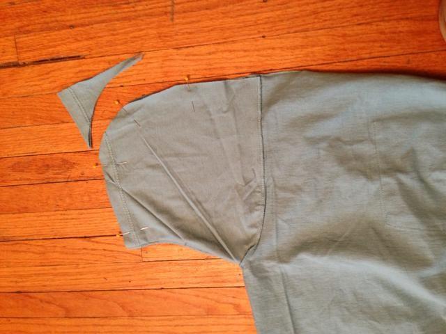 Gire de dentro a fuera. Ronda de las esquinas superiores de la manga. Las mangas se convertirán en bolsillos laterales! Alfiler.
