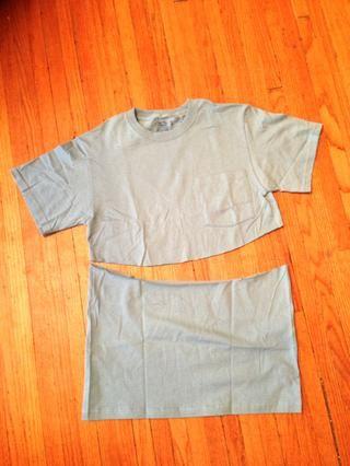 En la más pequeña camiseta, cortar una línea curva bajo el bolsillo de la camisa, o al menos la parte inferior de la curva de disparo aproximadamente 2 pulgadas por debajo de su esternón cuando se tiene la camisa.