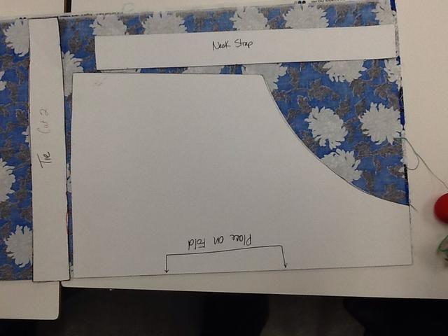 Asegúrese de seguir las marcas del patrón de la pieza del cuerpo delantal de modo que el borde correcta es en el pliegue de la tela.